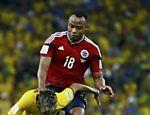 Zuñiga dá entrada dura em Neymar em partida pelas quartas de final da Copa