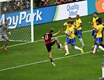 Aos 11 min do primeiro tempo, Kross bate o escanteio e Müller, sozinho na pequena área, faz de pé direito o gol da Alemanha