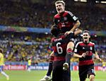 Aos 26 min do primeiro tempo, alemães entram tabelando dentro da área brasileira e Kroos, de novo, faz o quarto gol
