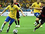 Aos 7 min do segundo tempo, o Brasil dá o primeiro chute a gol com Oscar, mas Neuer faz a defesa