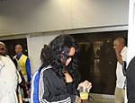 Rihanna desembarca no aeroporto do Galeão, no Rio de Janeiro