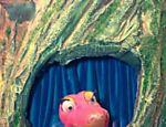 Celeste é a cobra cor-de-rosa que vive na árvore centenário do castelo