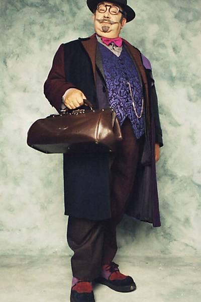 Tio de Nino, o feiticeiro e inventor Dr. Victor tem 3.000 anos