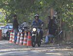 Cauã Reymond faz aula prática de moto em auto-escola na Barra da Tijuca