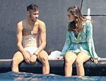 Neymar usa cinta protetora durante férias em Formentera, na Espanha, com Bruna Marquezine