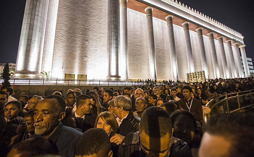 Fiéis em frente ao Templo de Salomão, da Universal, no bairro do Brás, em São Paulo