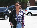 Selena Gomez passeia com micro short em Los Angeles, nos Estados Unidos