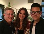 Bruna Marquezine aparece ao lado do produtor Uri Singer e do diretor John Swetnam, do filme