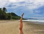 Gisele pratica ioga em praia