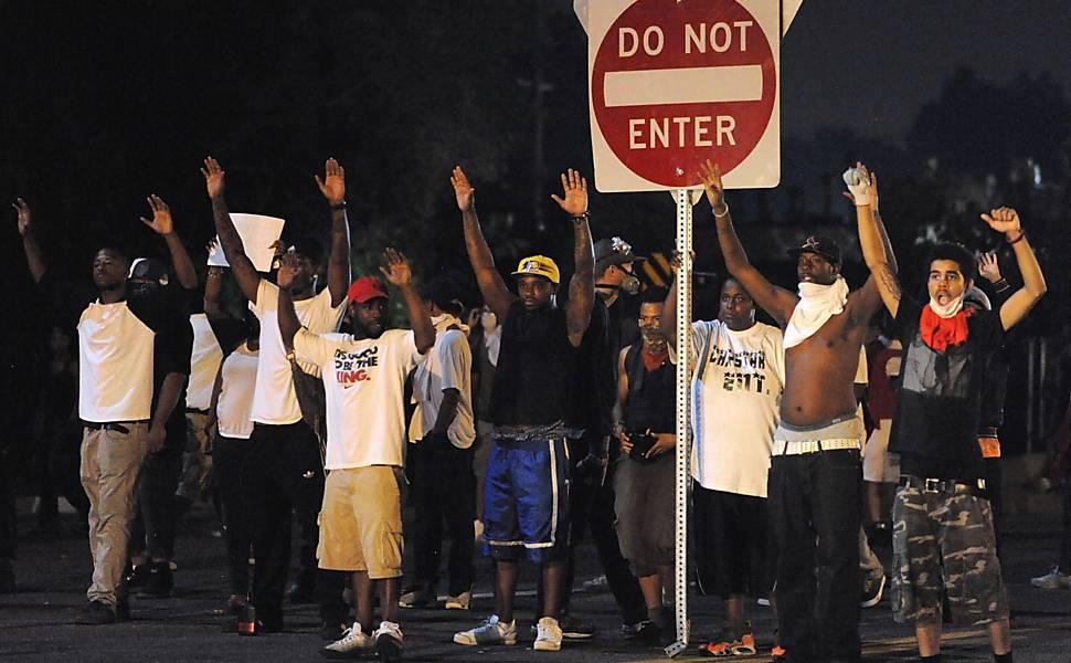 Jovem negro é morto por policial nos EUA