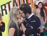 Luan Santana deu um selinho na bailarina da, Thays Sartori durante a gravação do programa Legendários, que aconteceu nesta terça-feira (19/08)