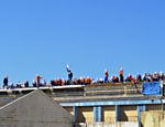 Presos amotinados no telhado da Penitenciária Estadual de Cascavel (PR), na tarde deste domingo (24)