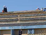 Preso que ficou pendurado no telhado da Penitenciária Estadual de Cascavel durante rebelião de detentos