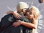 Rita Ora abraça Chris Brown e exibe suas unhas cheias de pedras preciosas no VMA