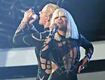 Rita Ora (dir.) se apresenta com Iggy Azalea no MTV Video Music Awards (VMA)