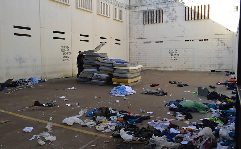 Cenário encontrado em vistoria após motim na penitenciária de Cascavel é de completa destruição