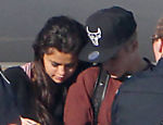 Justin Bieber e Selena Gomez andam pela pista do aeroporto em Ontário, Canadá