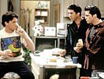 Os personagens Chandler (Matthew Perry), Ross (David Schwimmer) e Joey (Matt LeBlanc) em cena da primeira temporada de