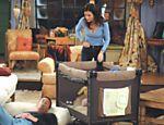 Chandler (Matthew Perry) e Monica (Courteney Cox) em cena da nona temporada de