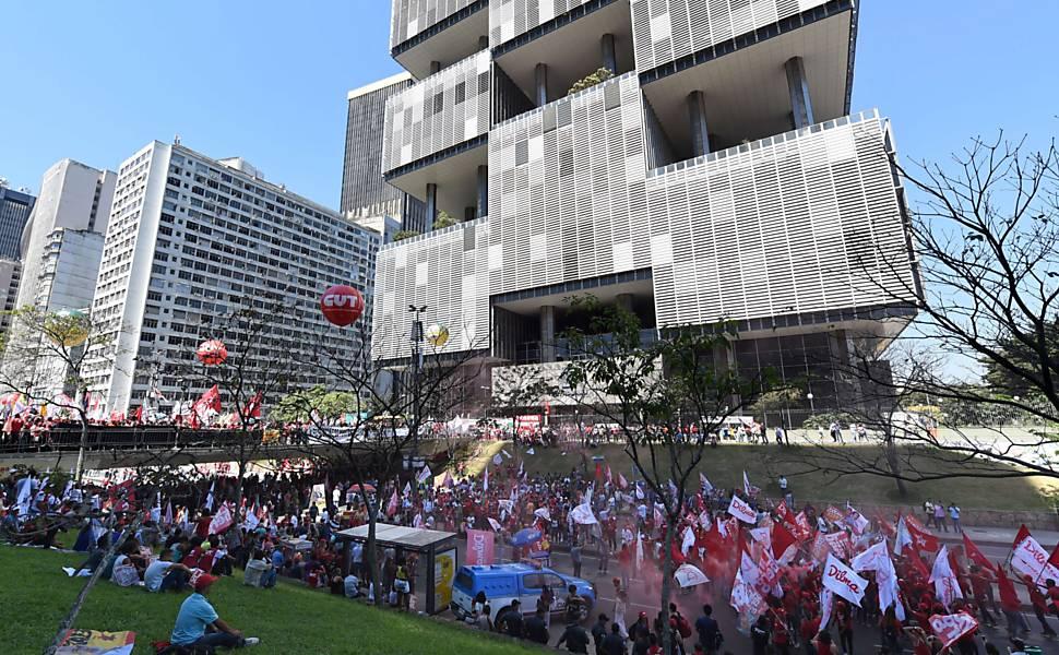 Manifestantes fazem 'ato em defesa do pré-sal'