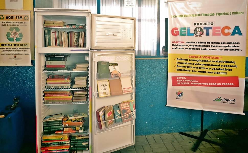 Geladeiras reformadas armazenam livros em Mairiporã