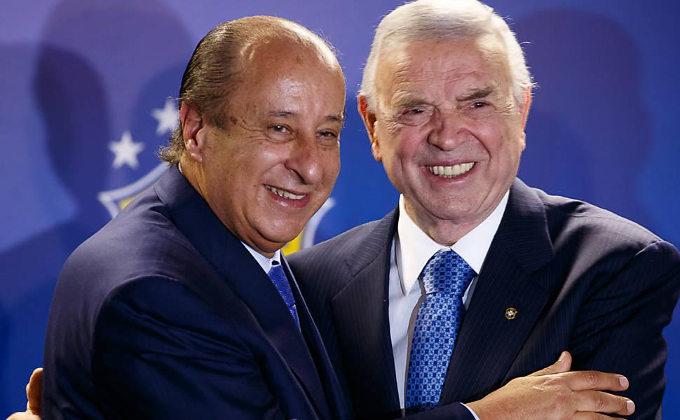 Del Nero (esq.) abraça José Maria Marin em evento em que foi eleito presidente da CBF, em abril de 2014