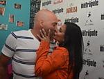 Antes de entrar no palco, Gretchen recebeu um beijinho de boa sorte do marido