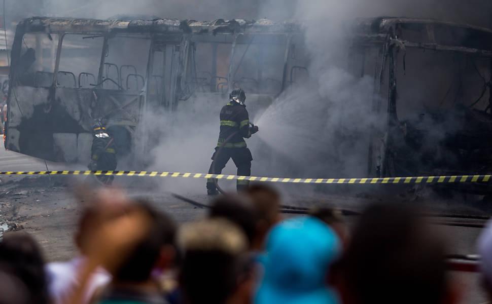 Ônibus é incendiado em SP