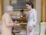 Angelina Jolie recebe título da rainha Elizabeth 2º no Palácio de Buckingham, em Londres, na Inglaterra