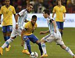 Neymar tenta driblar Messi em amistoso do Brasil contra a Argentina