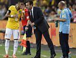 Neymar conversa com Dunga em amistoso da seleção contra o Japão