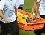 Neymar é retirado de maca após entrada do colombiano Zuñiga em partida pelas quartas de final da Copa