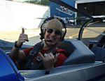 Celso Zucatelli faz acrobacia aérea em programa da TV Gazeta