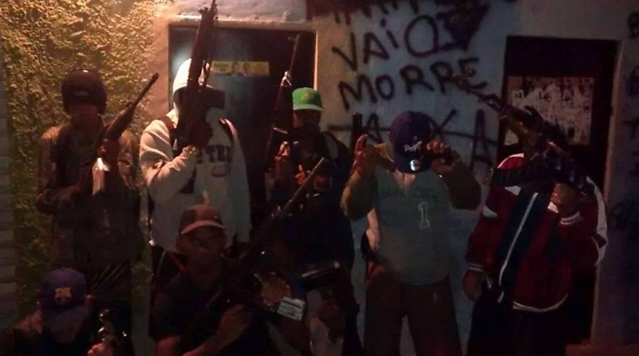 Traficantes ostentam armas no Rio