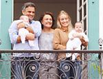 Aécio acena para eleitores da varanda da casa de sua família ao lado de sua esposa, Letícia, dos filhos Julia e Bernardo e de sua mãe, Inês Maria, em São João Del Rey (MG) <a href='http://www1.folha.uol.com.br/infograficos/2014/10/117554-trajetoria-de-aecio-neves.shtml'>Leia mais</a>