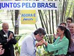 Aécio Neves, beija mão de Marina Silva ao receber o apoio da ex-candidata <a href='http://www1.folha.uol.com.br/infograficos/2014/10/117554-trajetoria-de-aecio-neves.shtml'>Leia mais</a>