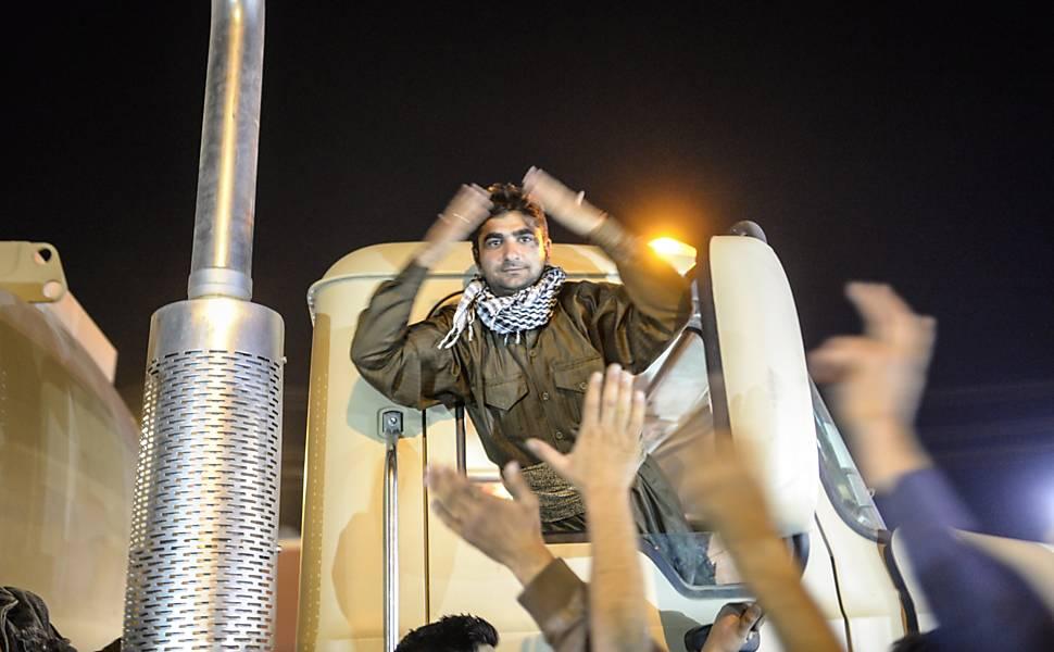Rebeldes cruzam fronteira para combater o EI