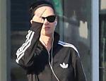 Katy Perry mostra o dedo para fotógrafos