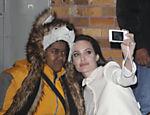 Angelina Jolie atende fã que estava passando mal