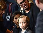 Ao lados dos pais Jane e William Pitt em Los Angeles, Brad e os filhos Pax Thien, Shiloh Nouvel e Maddox posam para fotos no lançamento do filme