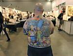 Michael Baxter mostra costas tatuada com os personagens dos 'Simpsons', em feira de tatuagens em Melbourne, Austrália