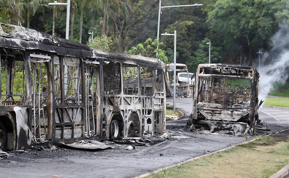 Grupo ateia fogo em 3 ônibus dentro da USP