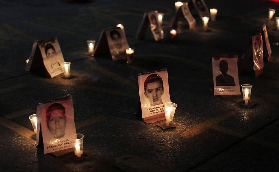 Pais de estudantes desaparecidos protestam