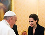 O papa Francisco cumprimenta a atriz Angelina Jolie em encontro no Vaticano