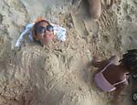 Beyoncé posa com 'barriga de gravidez' de areia