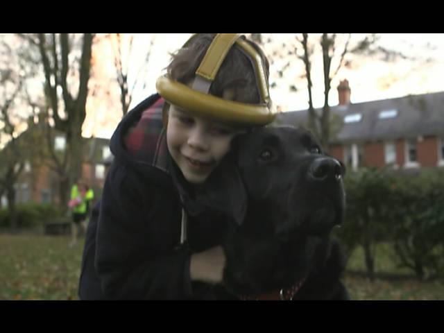 Cão ajuda menino autista