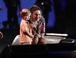Claudia Leitte e o filho durante um show em Salvador