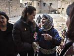 Angelina Jolie se encontra com membros de minoria cristã que vivem em escola abandonada em Al Qosh,no Iraque