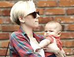 Scarlett Johansson passeia com sua filha Rose em Beverly Hills