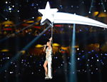 Katy Perry se apresenta no famoso show do intervalo do Super Bowl, disputado em Glendale, no Arizona